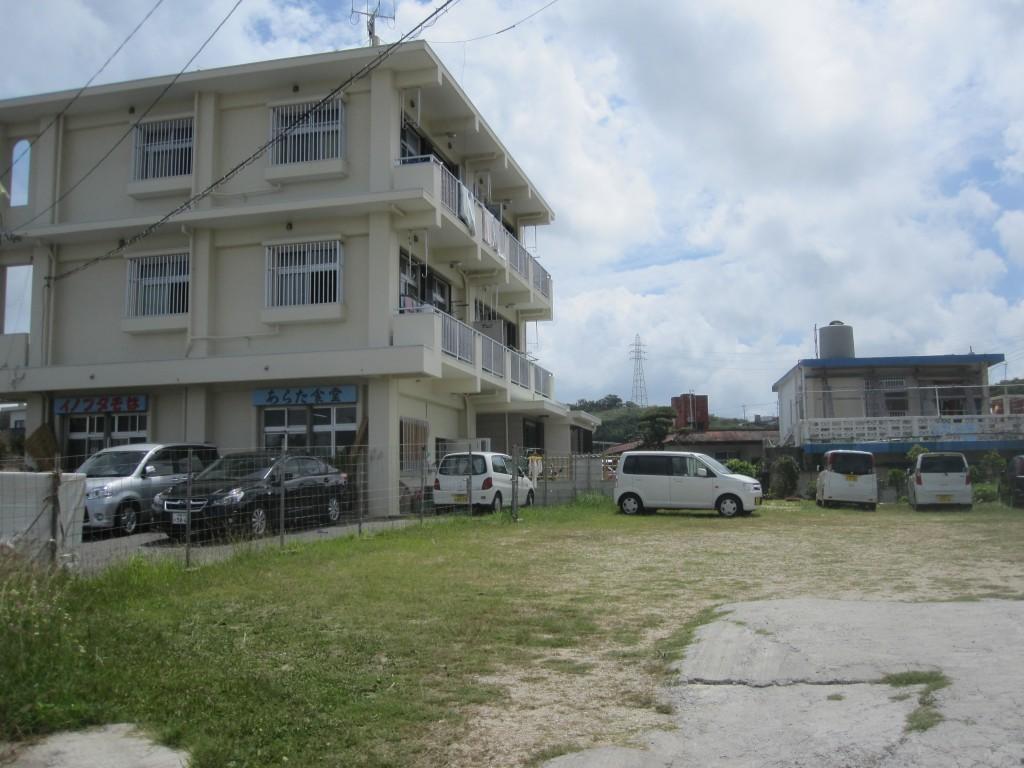 店舗建物と駐車場