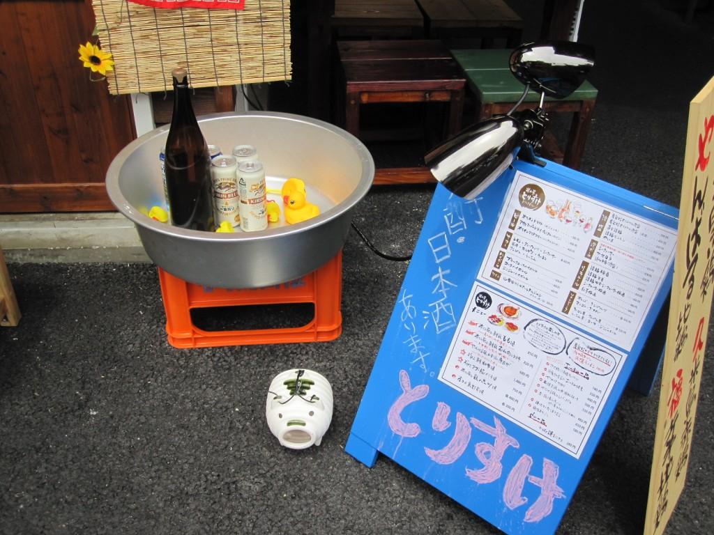 立て看板やビール箱など