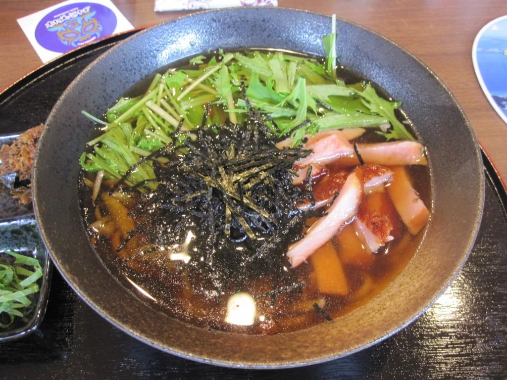 慶良間諸島、渡嘉敷島産、黒米を練りこんだ モチモチ食感の沖縄そば