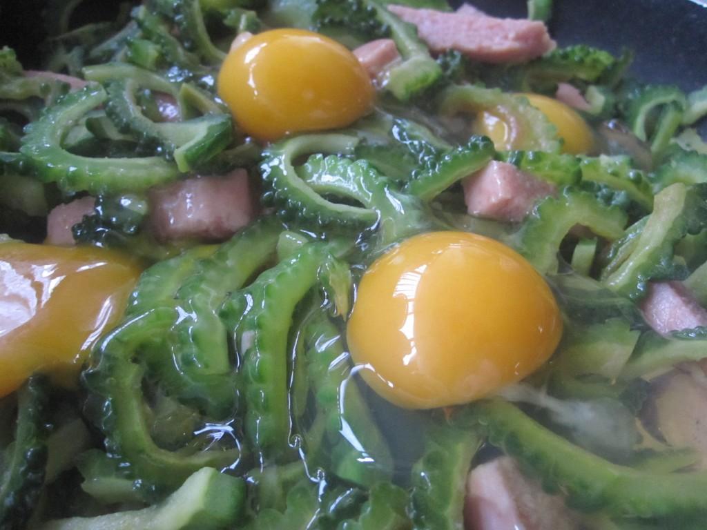 プックリと膨らんだ新鮮な黄身の卵
