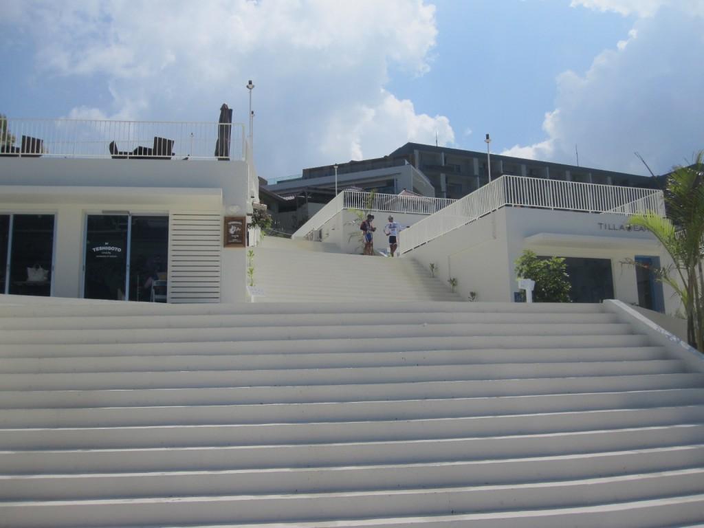 階段で区切られ仕切られたエリア内
