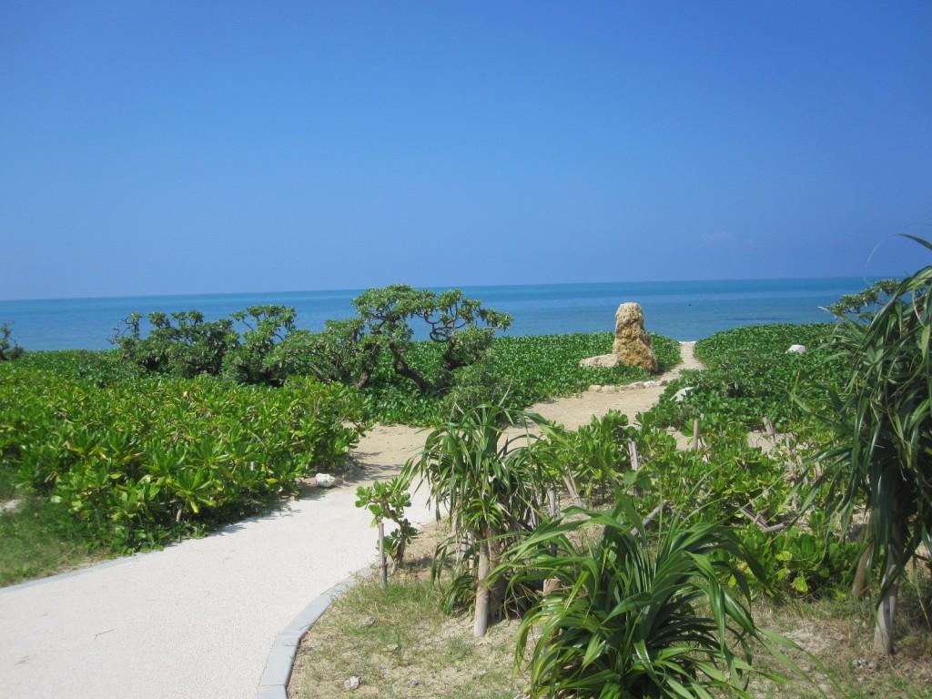 駐車場から浜辺への通り道