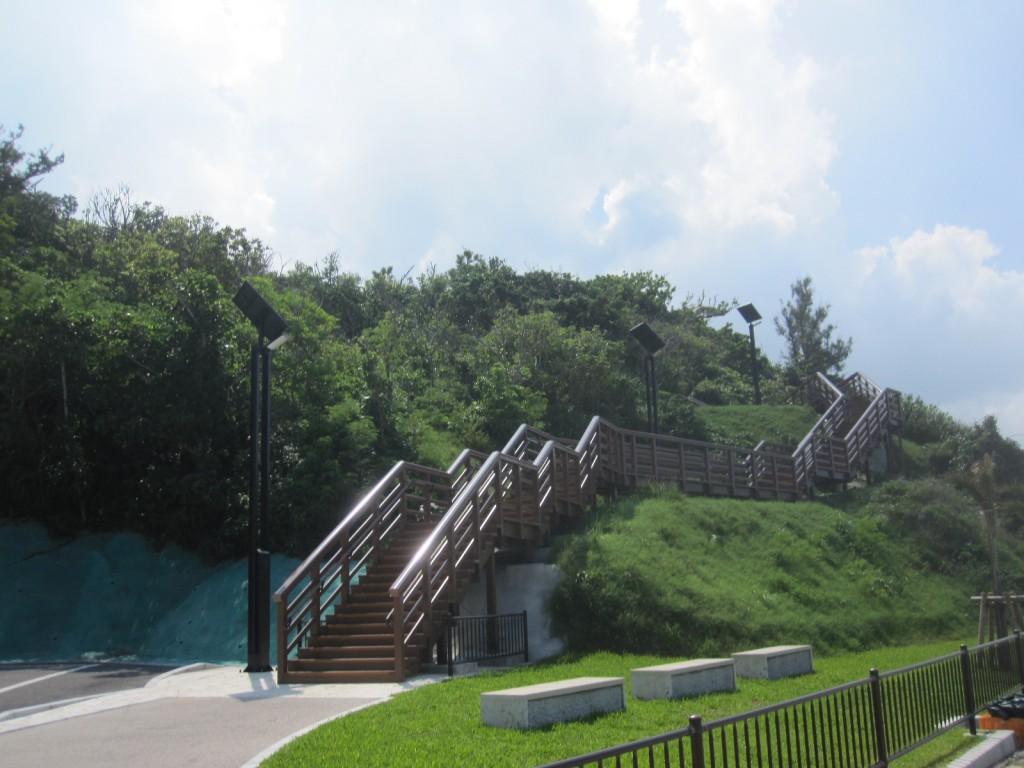 丘の上へと続く階段