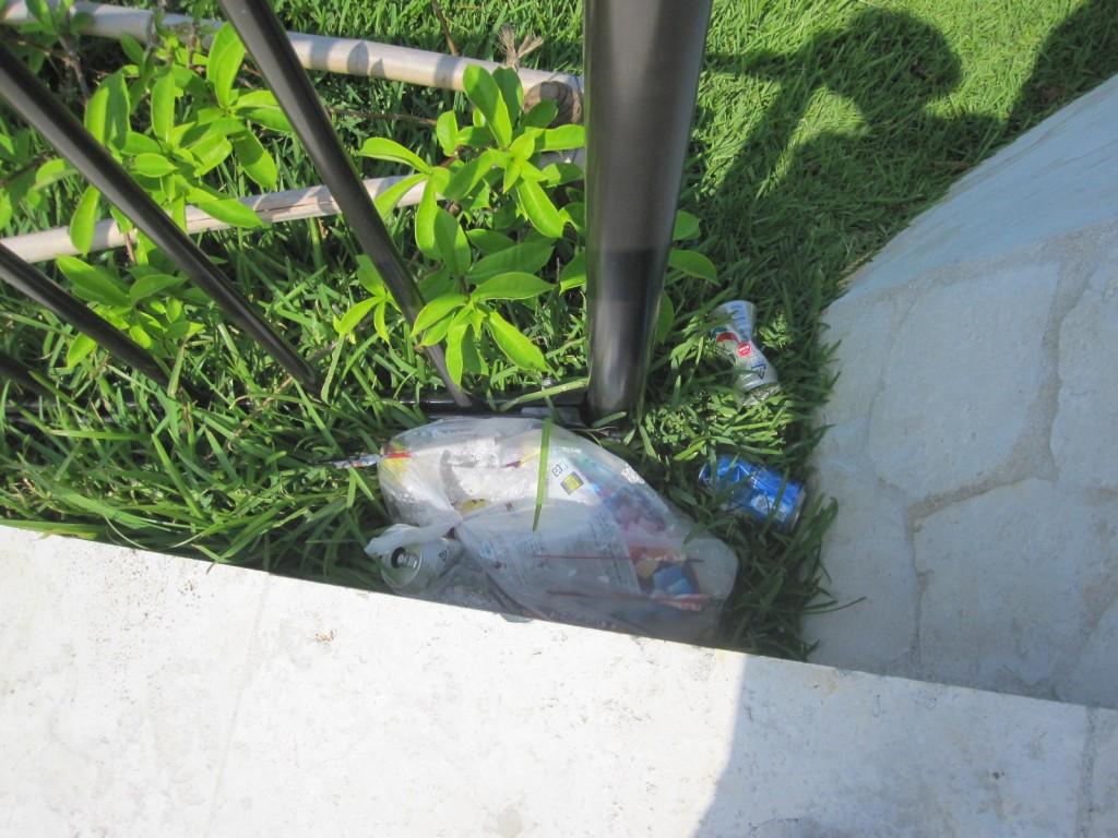 見えない隅に捨てられたゴミ袋