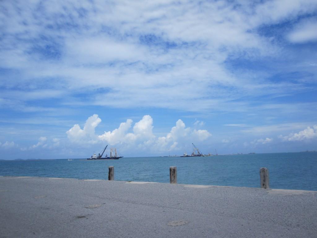 周囲を海に囲まれた背長島から見える青い空と青い海
