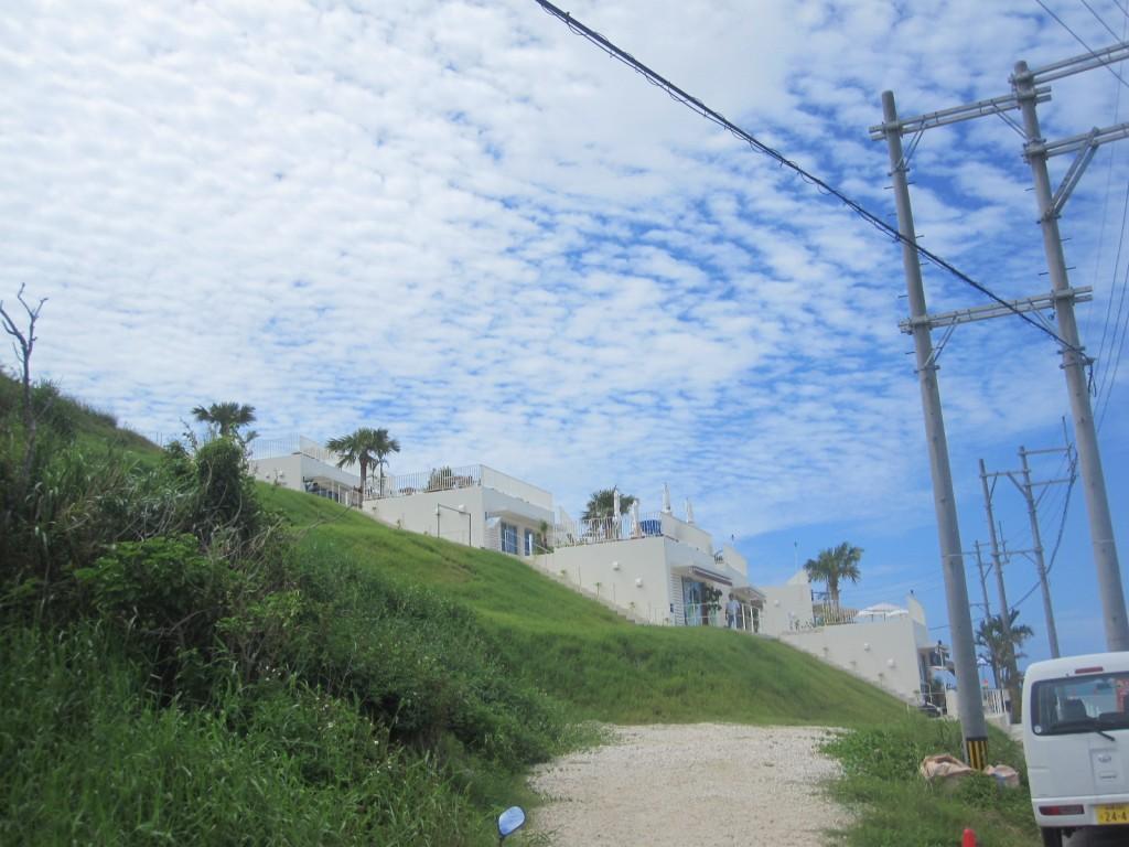 斜面に連なる白い建物群がウミカジテラス