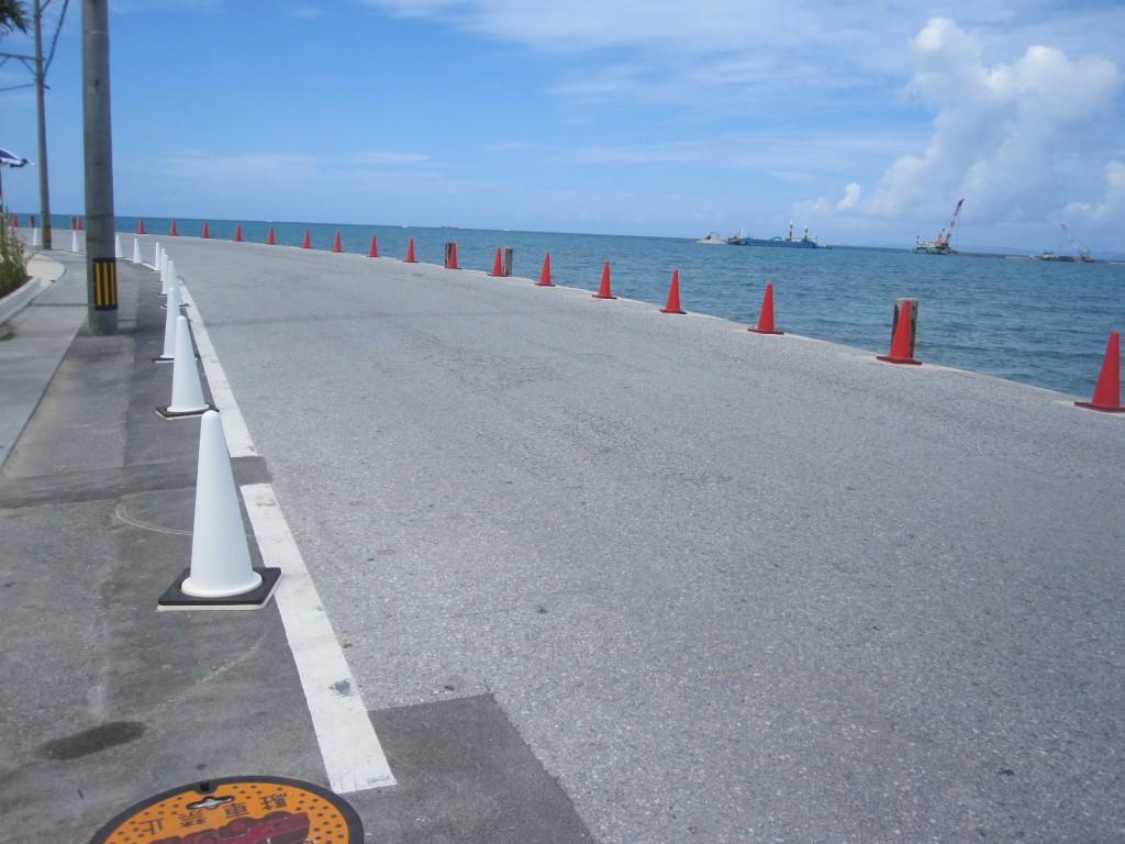 道路の両側に置かれたコーンは赤と白の紅白で統一されている