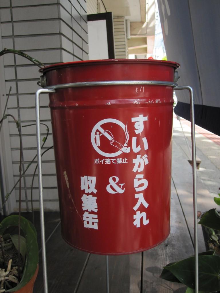 タバコの吸殻入れ・灰皿は店舗外に設置