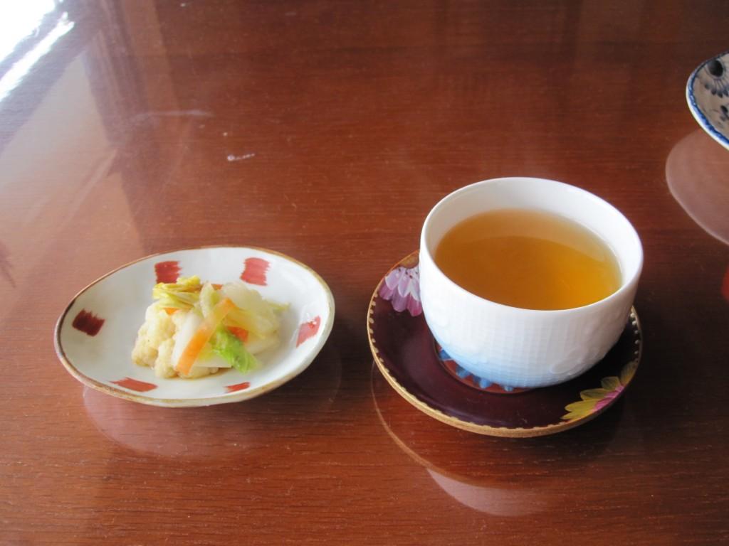 温かいお茶と漬物で一息つく