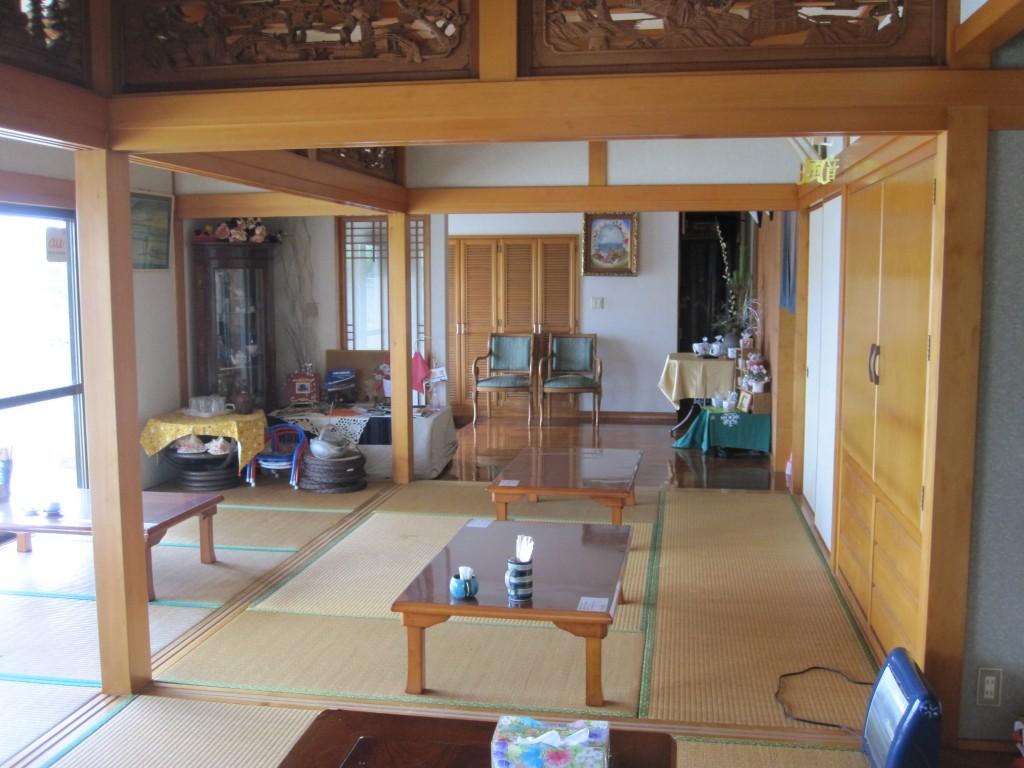 琉球古民家風の風音の店内(畳敷き)