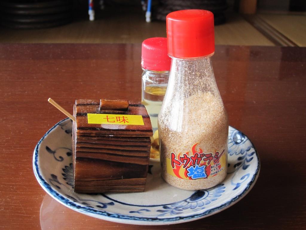 各テーブルに置かれた調味料