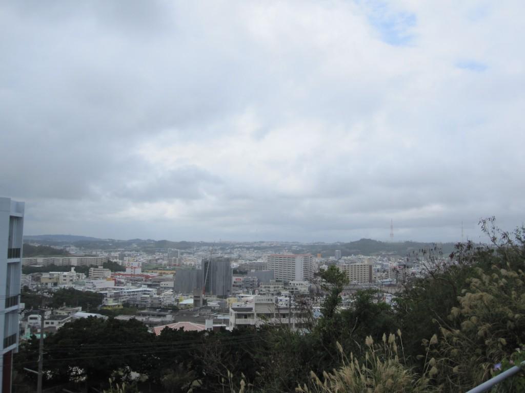 那覇市街を見下ろす丘に建つ風音(かざね)