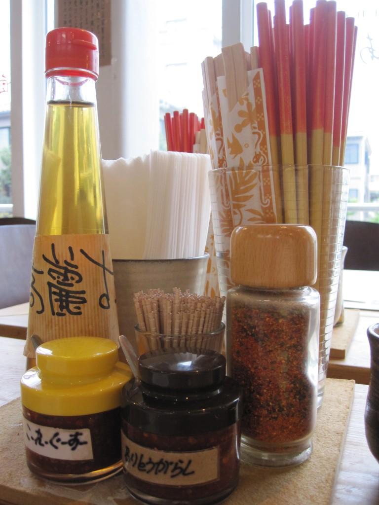 テーブル上に並べられた調味料