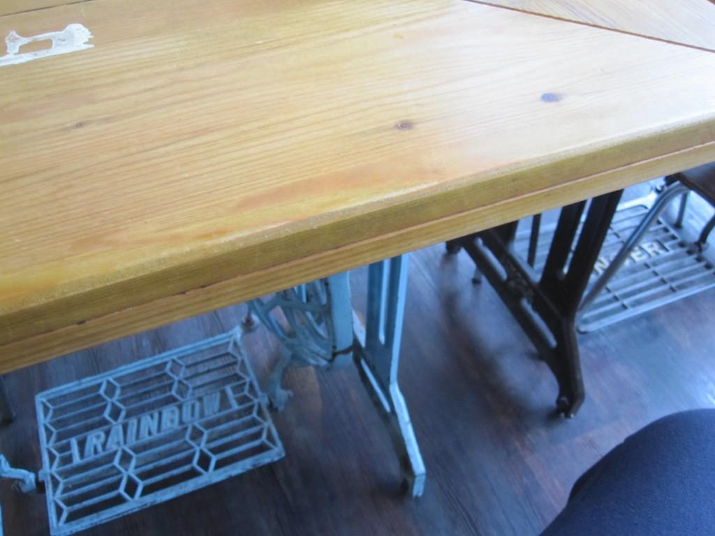 レトロ・アンティークミシンがテーブルになっている