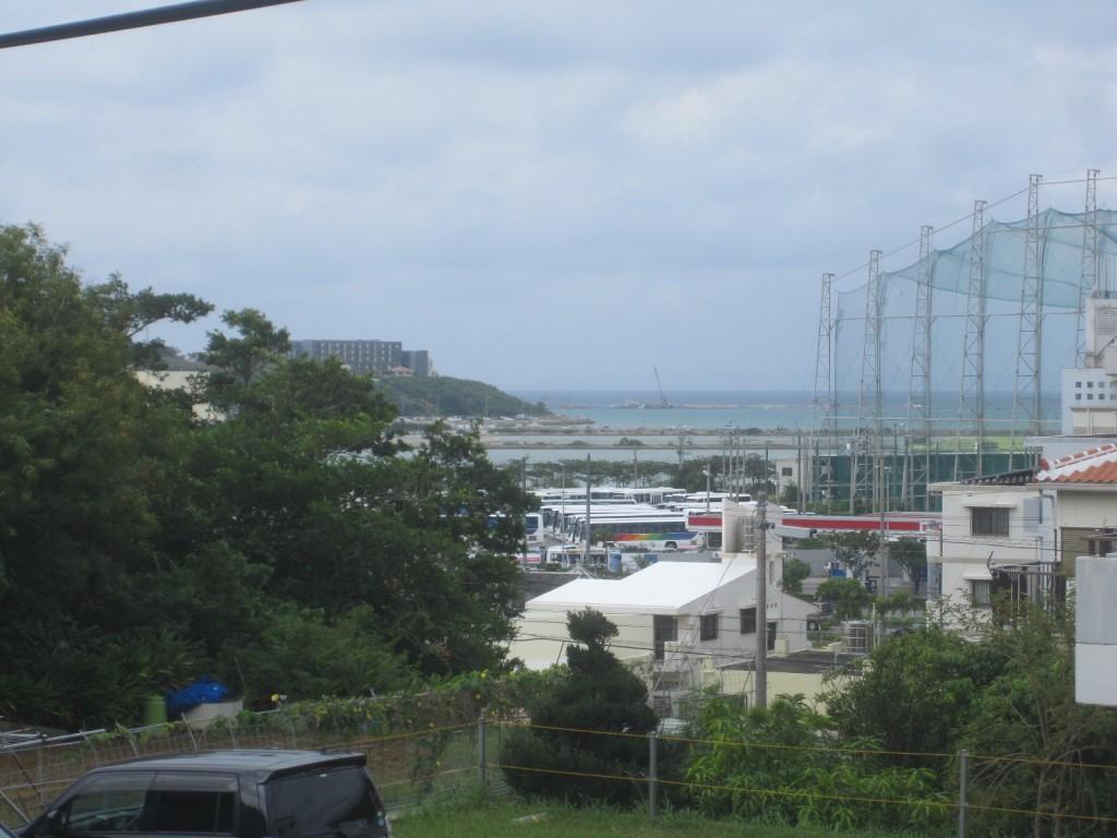階段からは瀬長島が見える