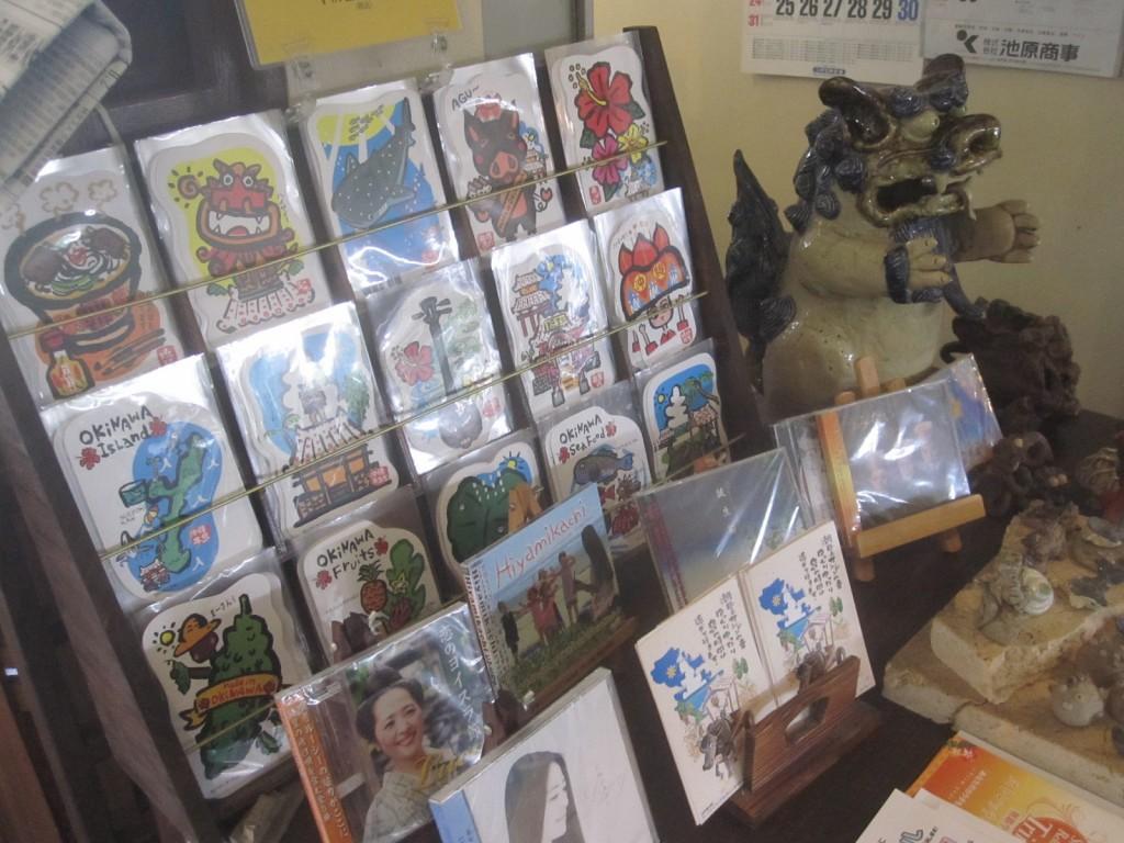物品販売棚の沖縄をテーマにしたポストカード