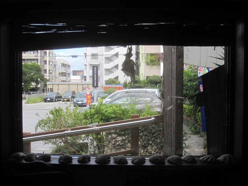 店内から駐車場を撮影した写真