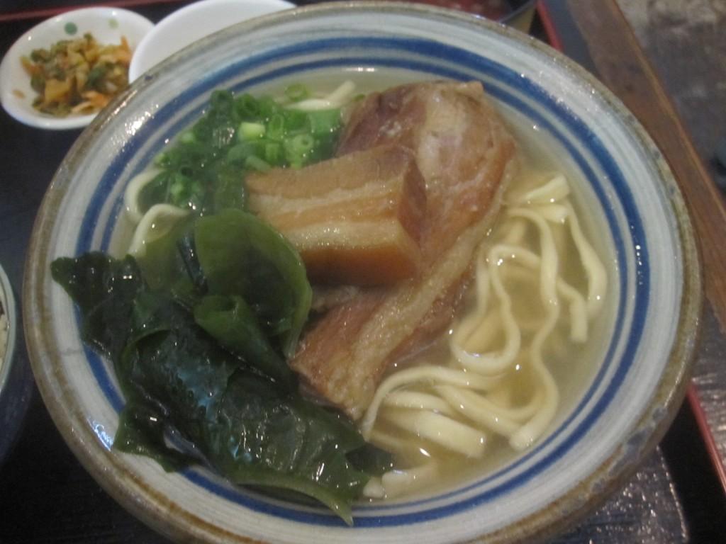 三枚肉と軟骨ソーキがのった沖縄そば