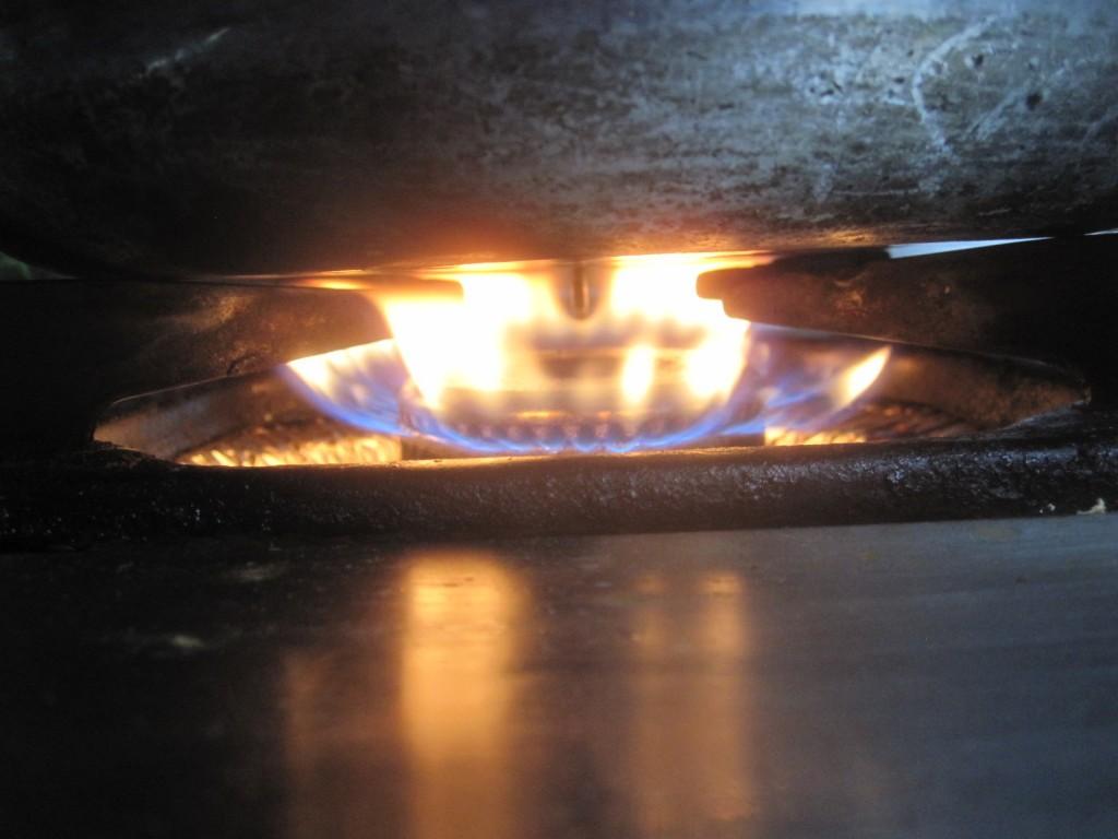 ガスコンロに点火して鍋を火にかける