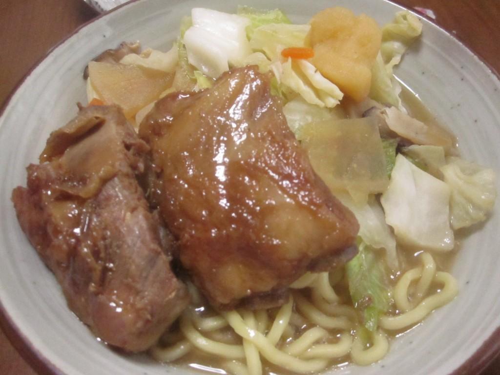 家・自宅で食べる即席の沖縄そば完成の図