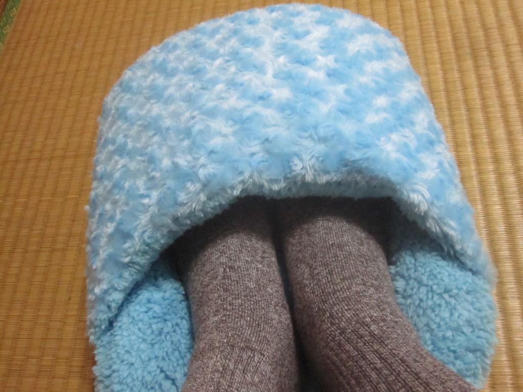 冷えた足を包み込んで温める足ポカクッション