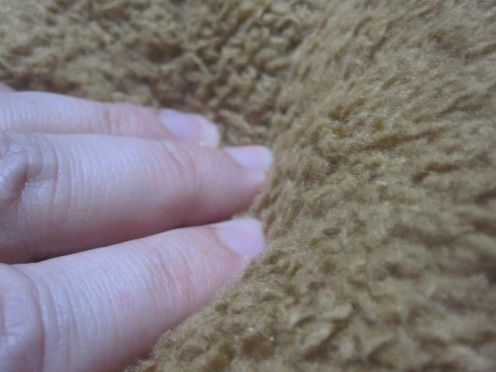 足を包み込むクッション性が伝わる手で押したクッション写真