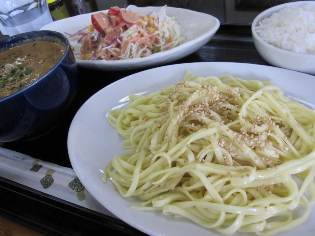 白ゴマがパラパラ照喜名製麺