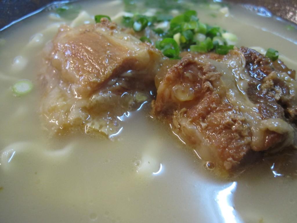 口の中でとろける絶品の豚軟骨ソーキ(沖縄)そば