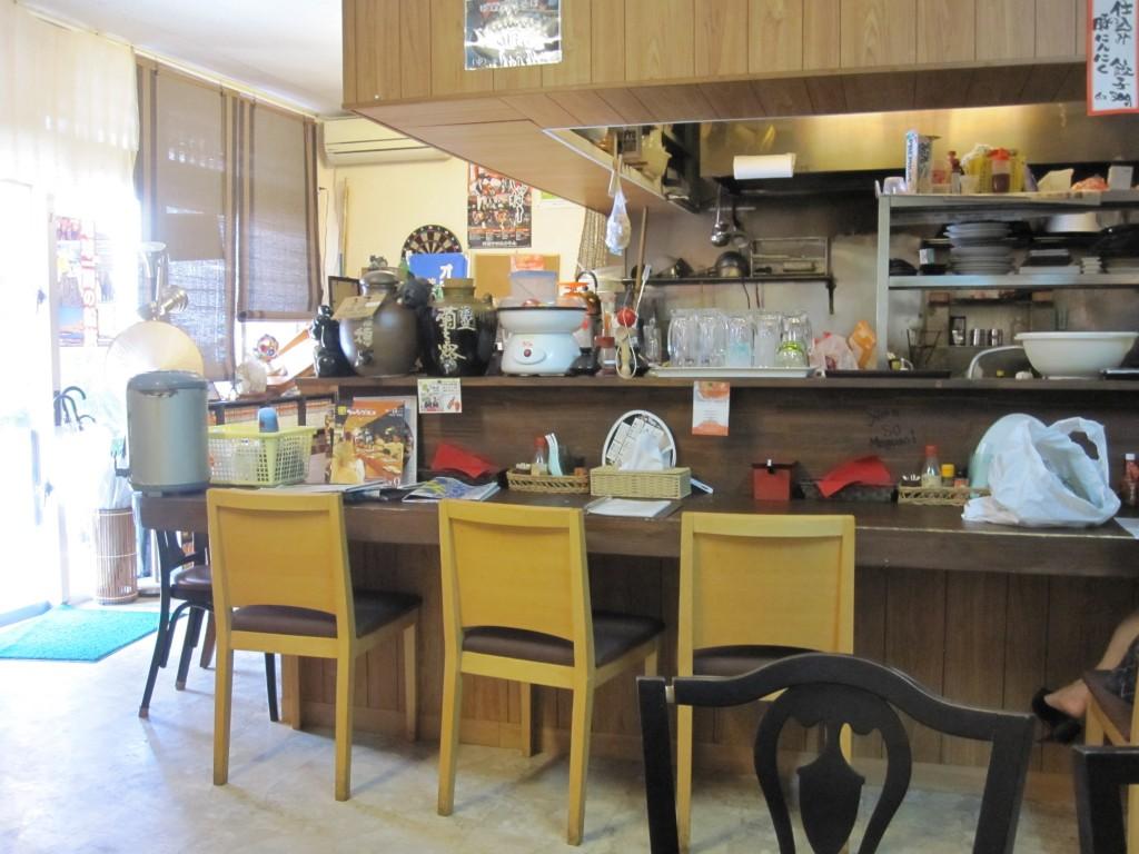 店内の厨房とカウンター席