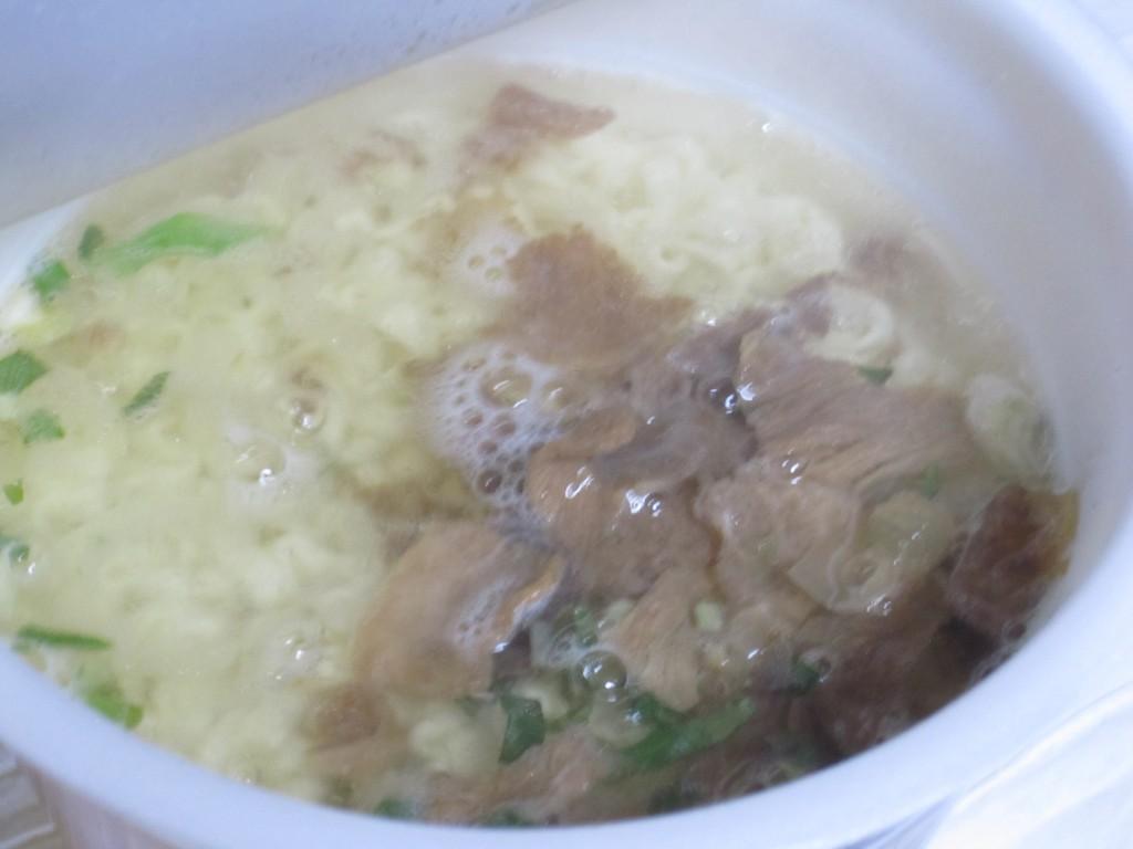 水を沸かした熱湯を注いで5分待つ