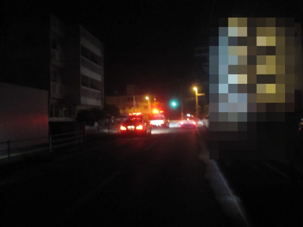 夜明け前の真っ暗な早朝の道路で警察車両のパトカーが集まっている