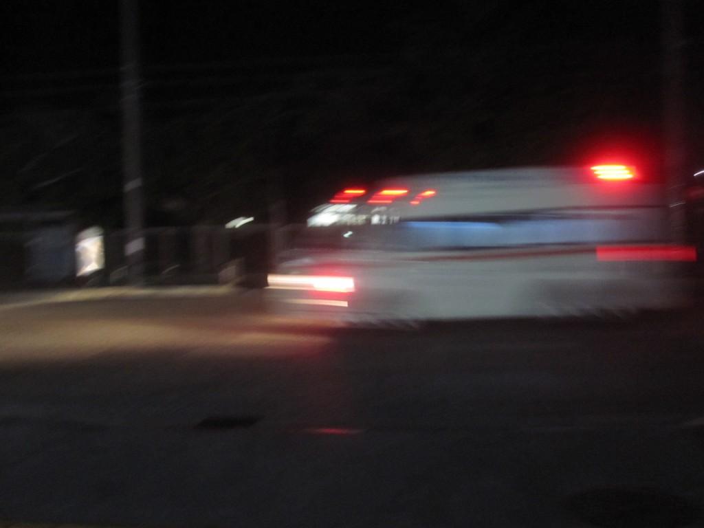 突き刺すような寒い朝、サイレンを鳴らして走り去る救急車