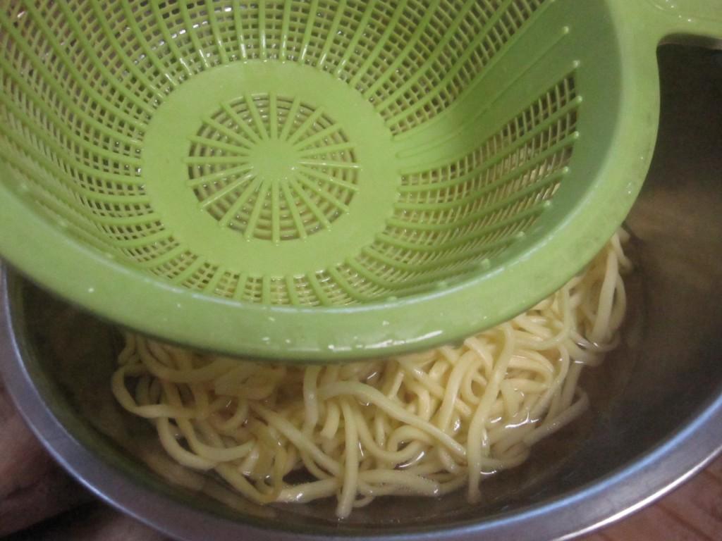 余っていた沖縄そば麺を用意する