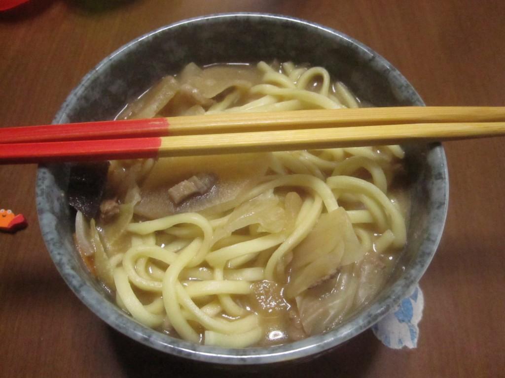 味噌汁の残りと沖縄そばの麺を混ぜる