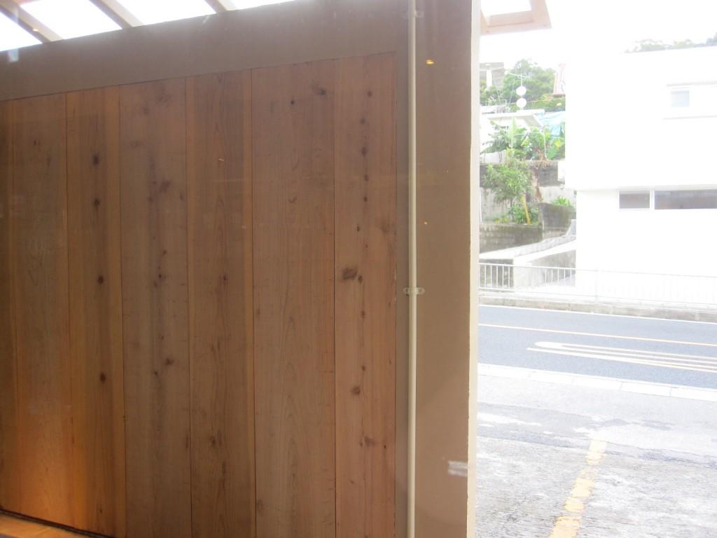 """入り口と駐車場を隔てる木材の""""ひんぷん"""""""