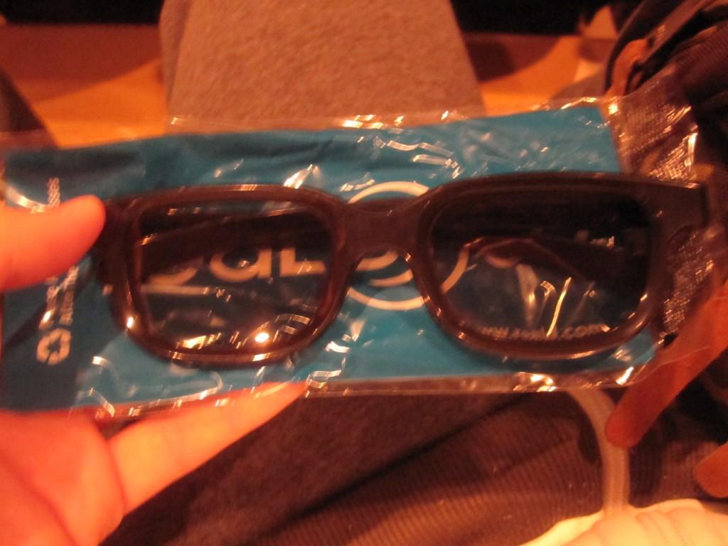 世紀の瞬間を立体的に楽しむための3Dメガネを準備する