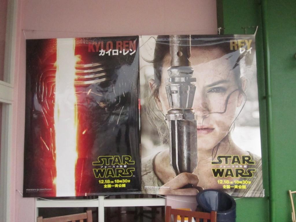 映画館の入り口に掲げられた大きなSTAR WARSポスター