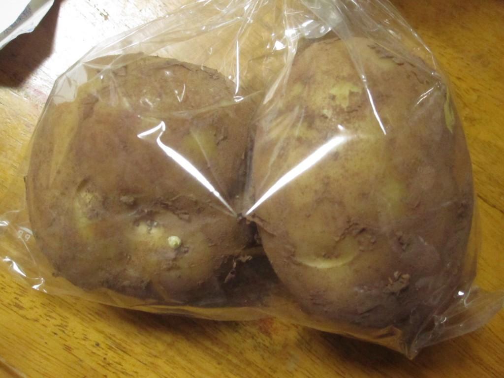 スーパーで購入した2個入りのジャガイモ
