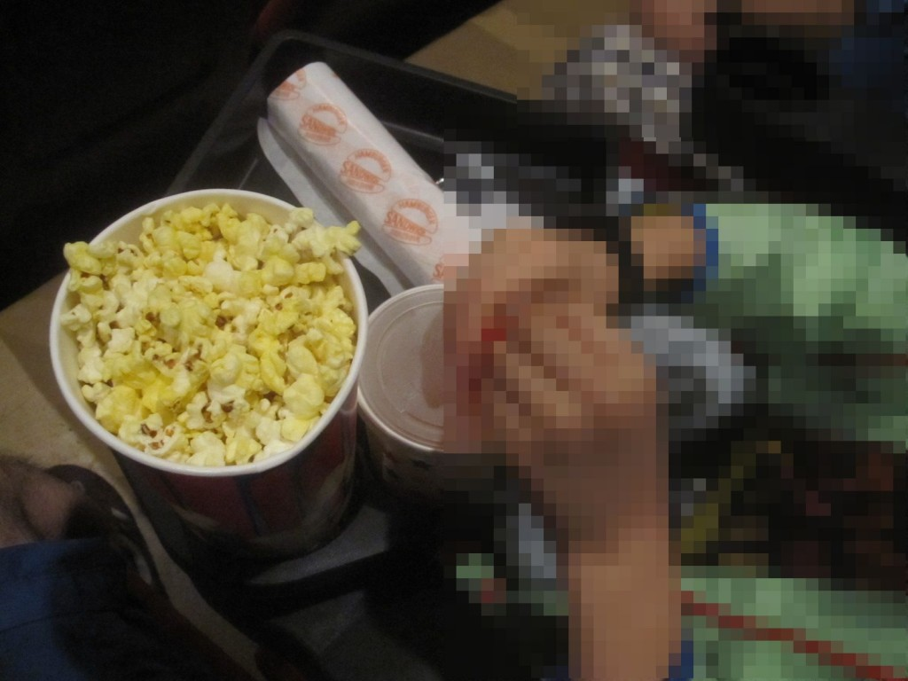ホットドッグ・ポップコーンのセット商品が映画に欠かせない