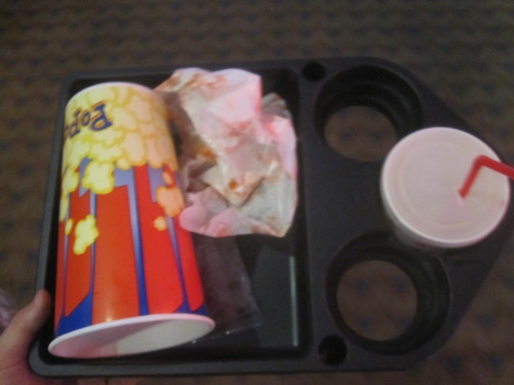 映画を観終わることには完食したポップコーンの空容器