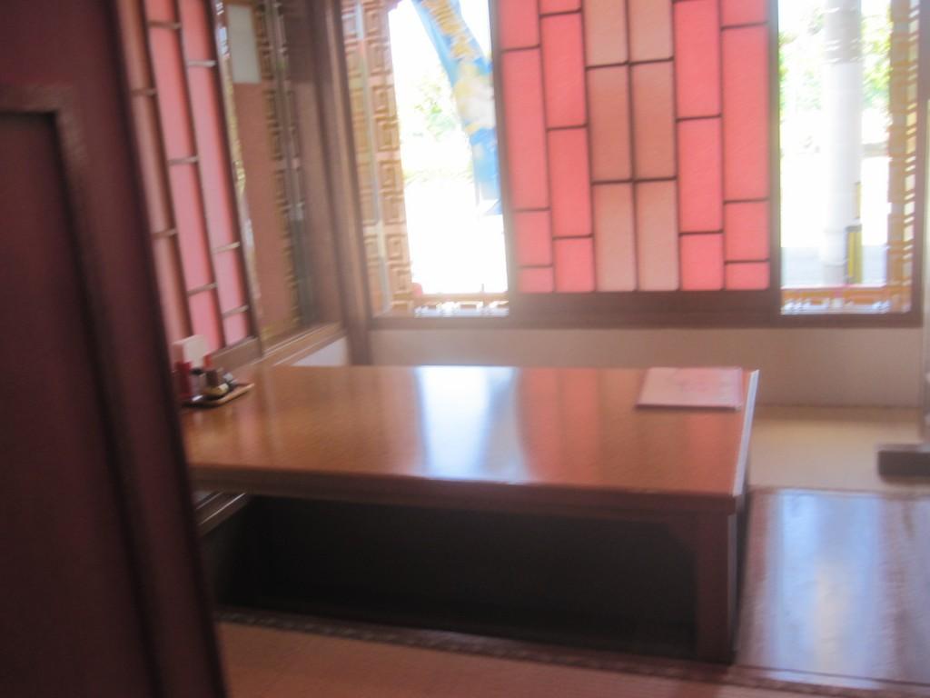 テーブルが置かれた畳の個室に入る