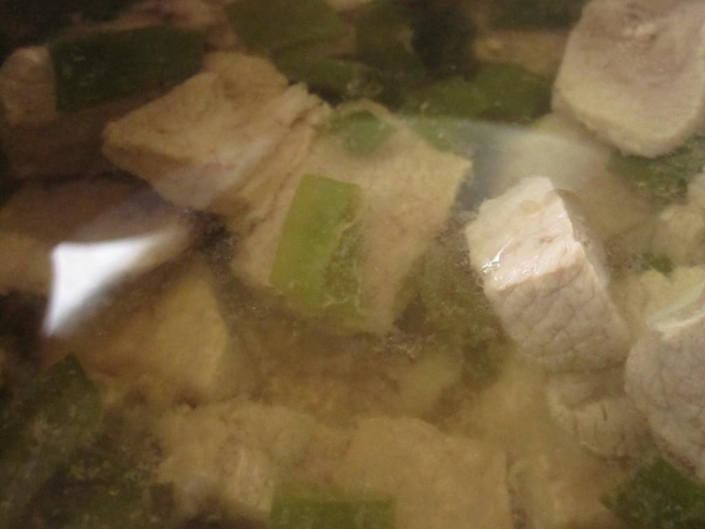 無駄な脂を抜き取ると透明な肉汁の完成