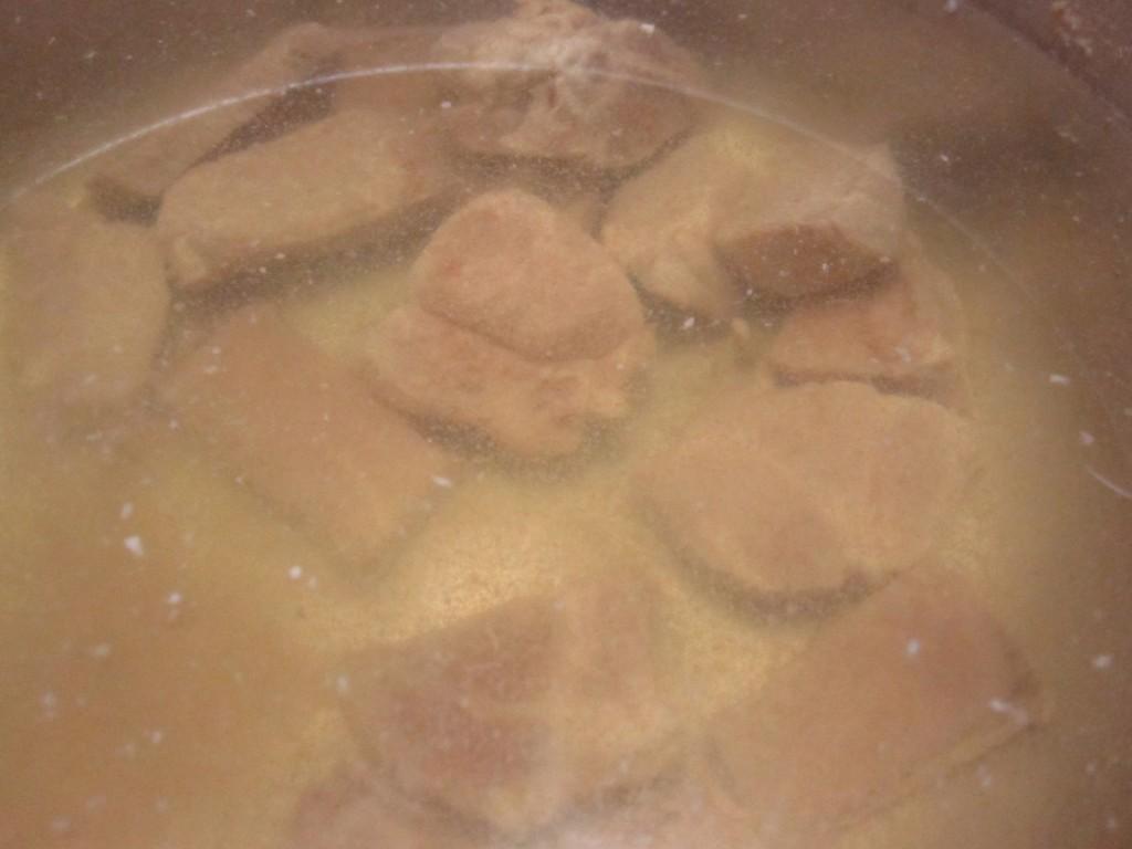 肉汁のスープに、沖縄そば出汁を混ぜて食べる用のスープが完成