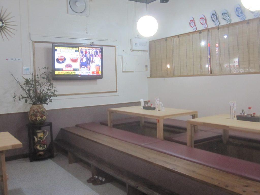 カウンター・テーブル席、座敷席が用意された店内