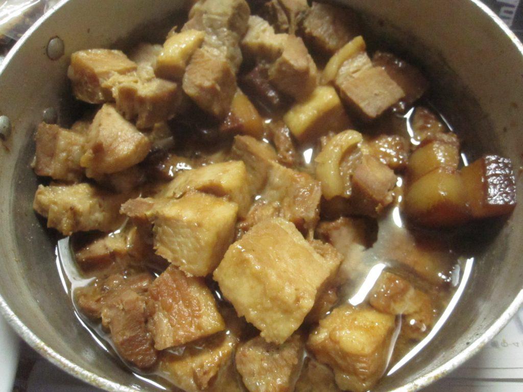 煮込んで味付けした豚肉