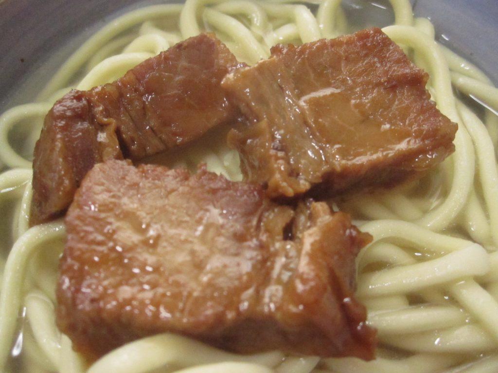 豚肉を載せた沖縄そば