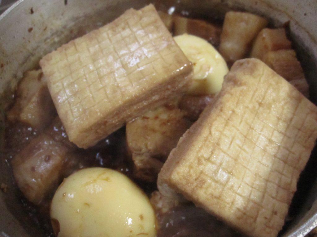"""ゆで卵、揚げ豆腐を加えて""""おでん風""""煮込み"""
