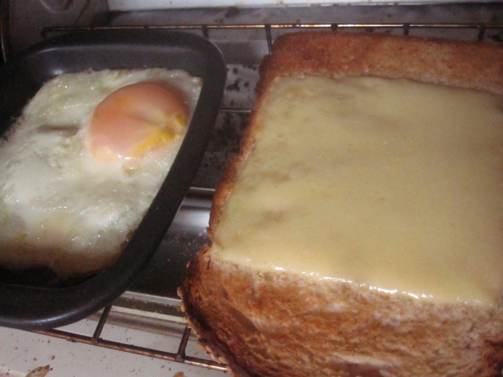 こんがり焼き目が入ってカリカリに仕上がった食パンと目玉焼き
