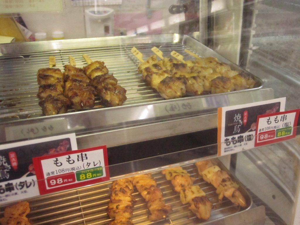種類・味付けごとに区分けして並べられた焼き鳥串