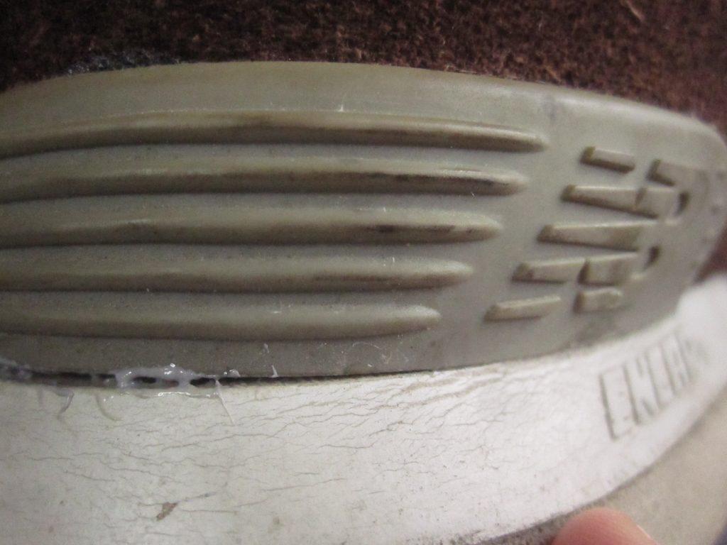 靴底・ソールの剥がれをボンド(接着剤)で補強して直した写真